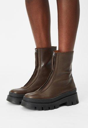 ISOLDE - Støvletter - brown