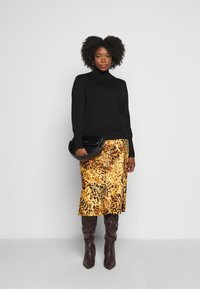 CAPSULE by Simply Be - LEOPARD PRINT MIDI SKIRT - Pencil skirt - tan/black
