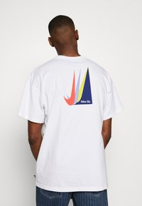 Nike SB - NIKE SB SKATEBOARD-T-SHIRT FUR HERREN - Print T-shirt - white - 2