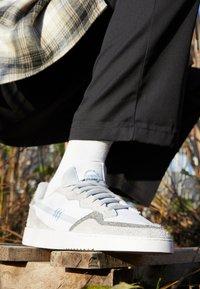 adidas Originals - SUPERCOURT UNISEX  - Matalavartiset tennarit - footwear white/solid grey/chalk solid grey - 2