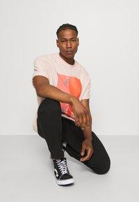 NU-IN - IMPACT UNISEX - Print T-shirt - pink - 3
