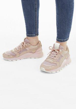 Sports shoes - peachskin marshmallow