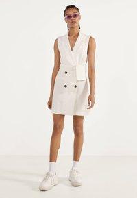 Bershka - MIT GÜRTEL 02870168 - Korte jurk - white - 1