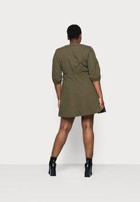 Vero Moda Curve - VMHENNA 3/4 WRAP SHORT DRESS - Denimové šaty - ivy green - 2