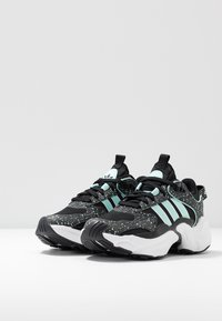 adidas Originals - MAGMUR RUNNER - Sneakersy niskie - core black/footwear white/frozen mint - 6