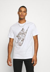 Nike Sportswear - TEE CLUB CAMO - Print T-shirt - white/grey fog - 0