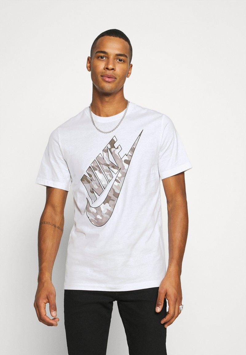 Nike Sportswear - TEE CLUB CAMO - Print T-shirt - white/grey fog