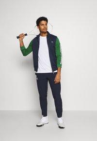 Lacoste Sport - TENNIS JACKET - Veste de survêtement - navy blue/green - 1