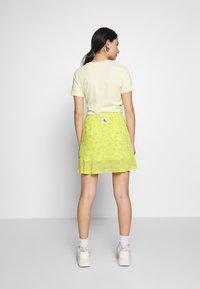 Calvin Klein Jeans - FLARE SKIRT - A-line skjørt - yellow grungy halftone grey floral - 2