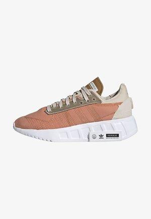 EARTH RUNNER PRIMEBLUE SHOES - Sneakers basse - hazy copper/ftwr white/core black