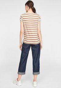 comma casual identity - MIT SCHMUCK-DETAIL - Print T-shirt - caramel stripes - 2
