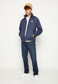 Tommy Jeans - YOKE  - Kevyt takki - twilight navy - 1