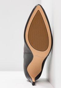 Clarks - LAINA VIOLET - Kotníková obuv - black - 6