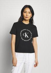 Calvin Klein Jeans - ROUND LOGO STRAIGHT TEE - T-shirt imprimé - black - 0