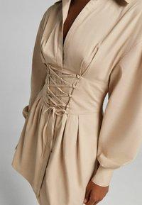 Bershka - MIT SCHNÜRUNG - Sukienka koszulowa - beige - 3