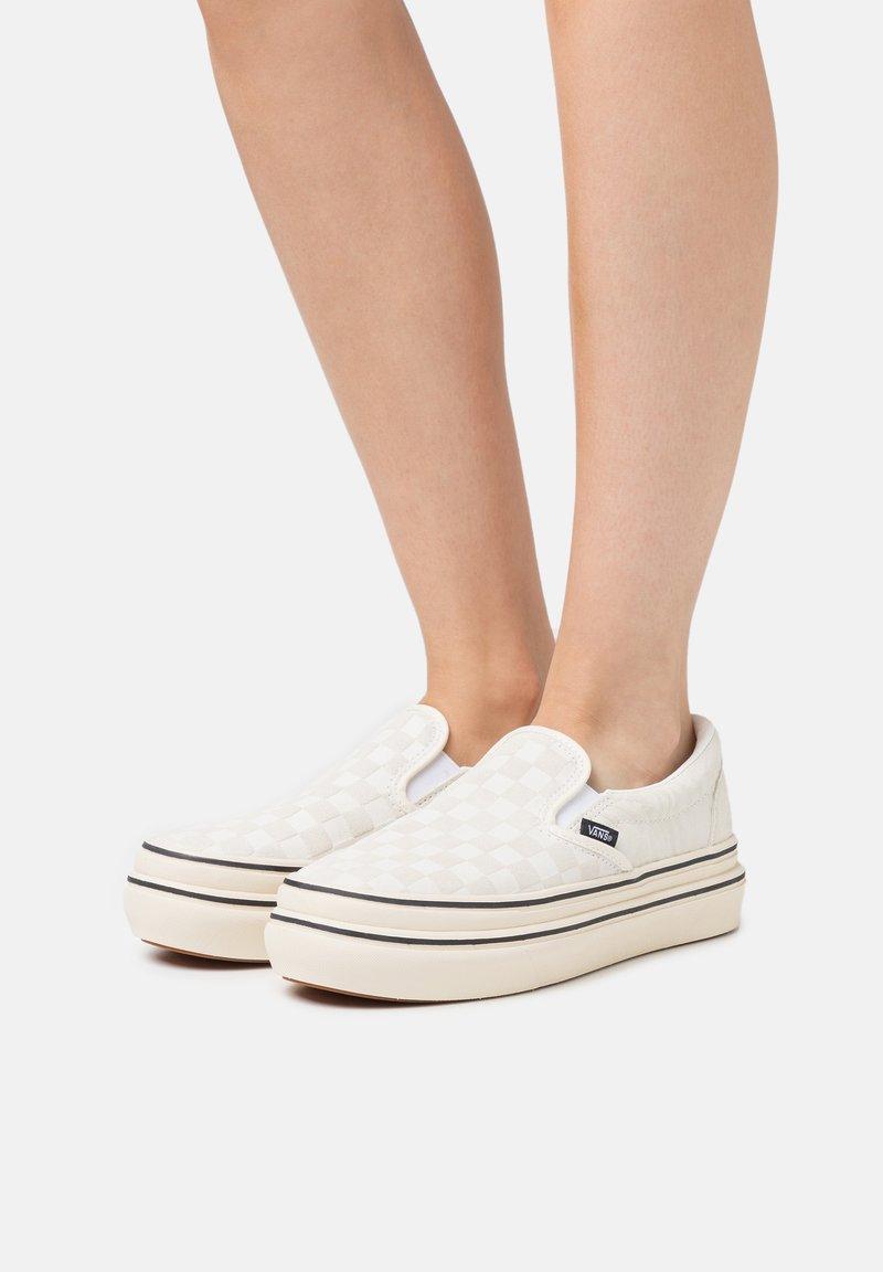 Vans - SUPER COMFYCUSH - Sneakers - antique white/black