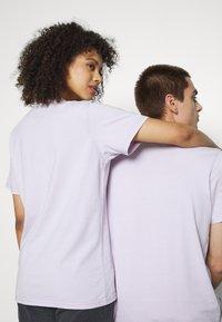 Tommy Jeans - ABO TJU X GARFIELD TEE UNISEX - T-Shirt print - lilac dawn - 4