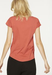 ARMEDANGELS - LAALE - Basic T-shirt - mineral red - 2