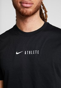 Nike Performance - DRY TEE ATHLETE - T-shirt imprimé - black - 4