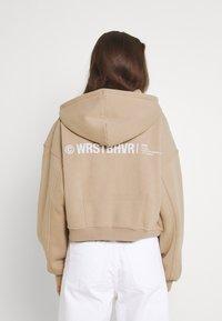 WRSTBHVR - CORBY HOODED ZIP WOMEN - Zip-up sweatshirt - roasted beige - 3