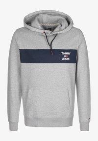 Tommy Jeans - TJM ESSENTIAL GRAPHIC HOODIE - Hoodie - lt grey heather - 0