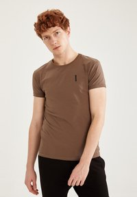 DeFacto Fit - MUSCLE FIT - T-shirt - bas - brown - 3