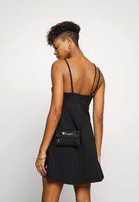 Champion Reverse Weave - MINI SHOULDER BAG - Across body bag - black - 1