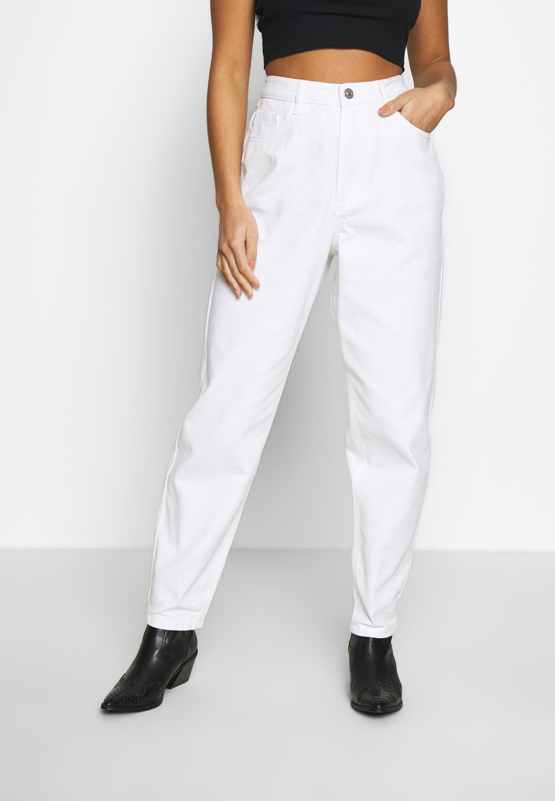 Missguided Petite - RIOT HIGHWAIST PLAIN MOM - Relaxed fit jeans - white