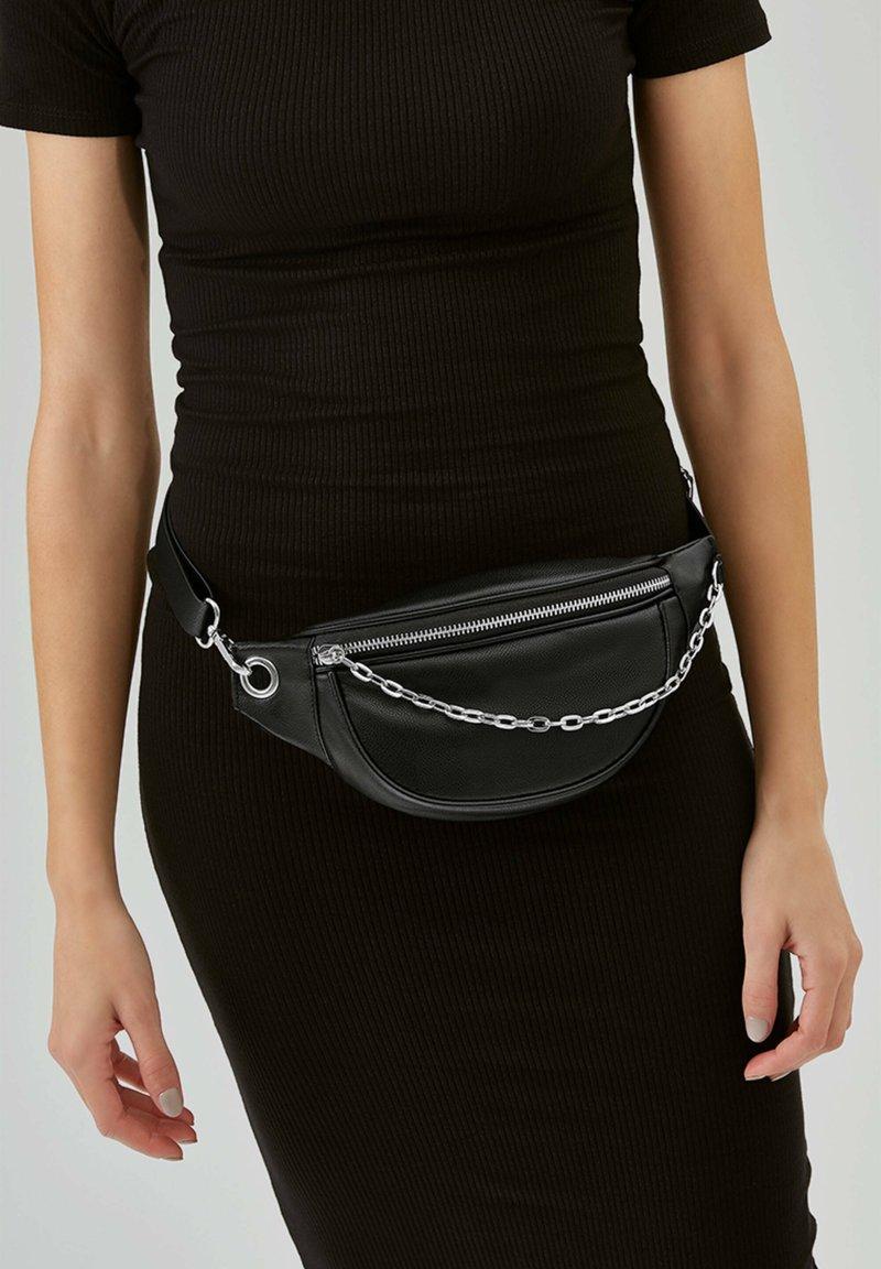 PULL&BEAR - MIT KETTENDETAIL - Bum bag - black