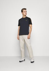 Lyle & Scott - COLOUR BLOCK - T-shirt - bas - dark navy - 1