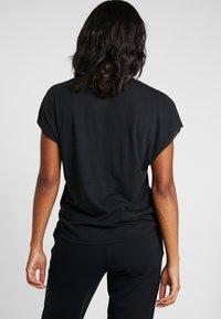 Nike Performance - DRY SIDE TIE  - T-shirt z nadrukiem - black/white - 2