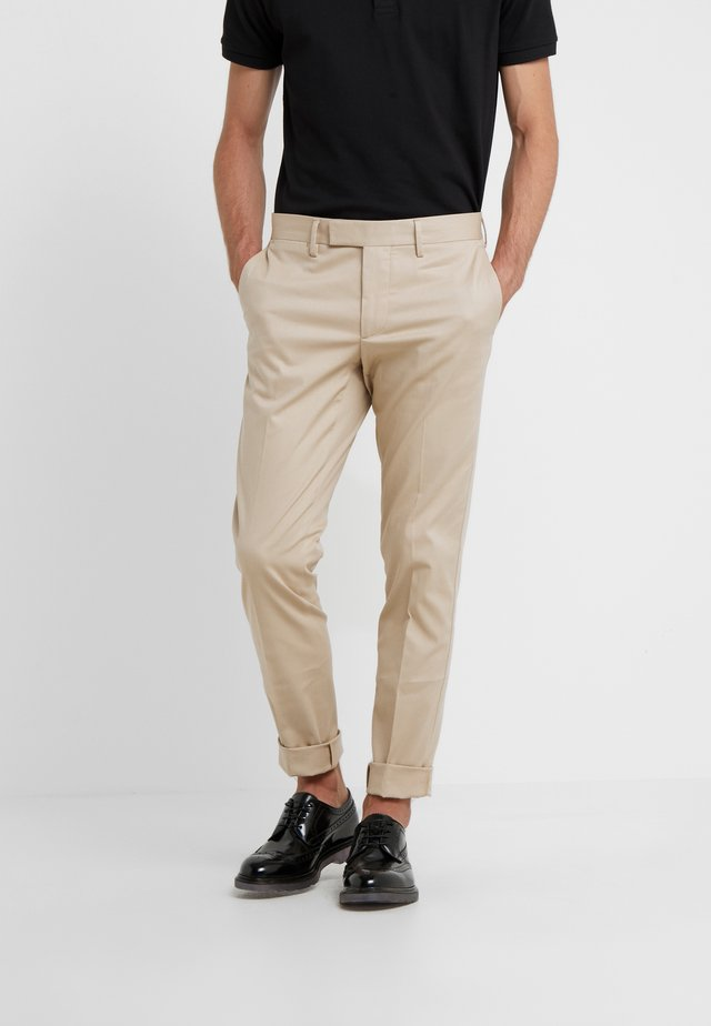 GRANT TRAVEL - Chino - oxford tan