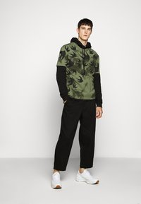 McQ Alexander McQueen - DROPPED SHOULDER - Print T-shirt - military khaki - 1
