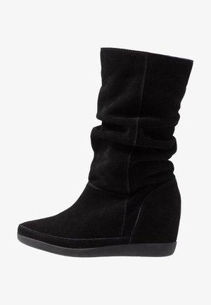 EMMY SLOUCHY - Støvler m/ kilehæl - black
