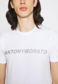 Antony Morato - SUPER SLIM FIT WITH PINS BICOLOUR LOGO - Camiseta estampada - bianco - 3