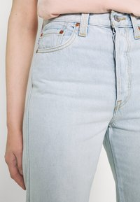 Levi's® - RIBCAGE STR ANK RAINBOW - Jeans straight leg - light-blue denim - 3