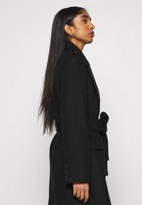 NA-KD - MATHILDE GØHLER BLEND COAT - Klasický kabát - black - 4