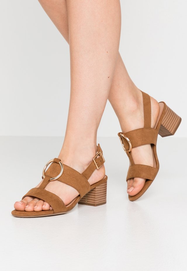 PEBEL HARDWARE SLING BACK BLOCK HEEL  - Sandali - tan