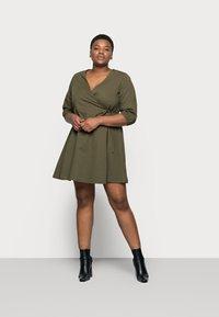Vero Moda Curve - VMHENNA 3/4 WRAP SHORT DRESS - Denimové šaty - ivy green - 1