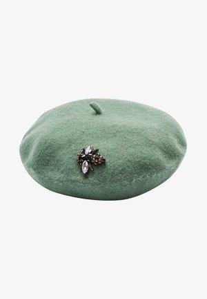 EMBELLISHED BEE GREY FELT BERET - Hat - green