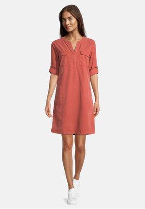 MIT TASCHEN - Day dress - barn red