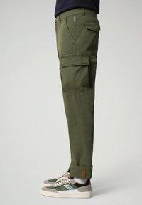 Napapijri - MOTO - Cargo trousers - green cypress - 2