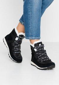Sorel - WHITNEY FLURRY - Zimní obuv - black - 0