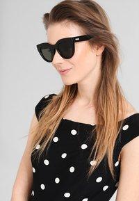 Le Specs - AIR HEART  - Sunglasses - khaki mono - 0