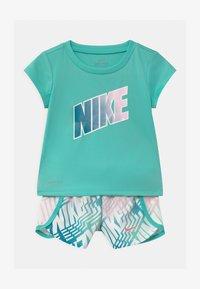 Nike Sportswear - LASER BLOCKSPRINTER SET - Triko spotiskem - tropical twist - 0