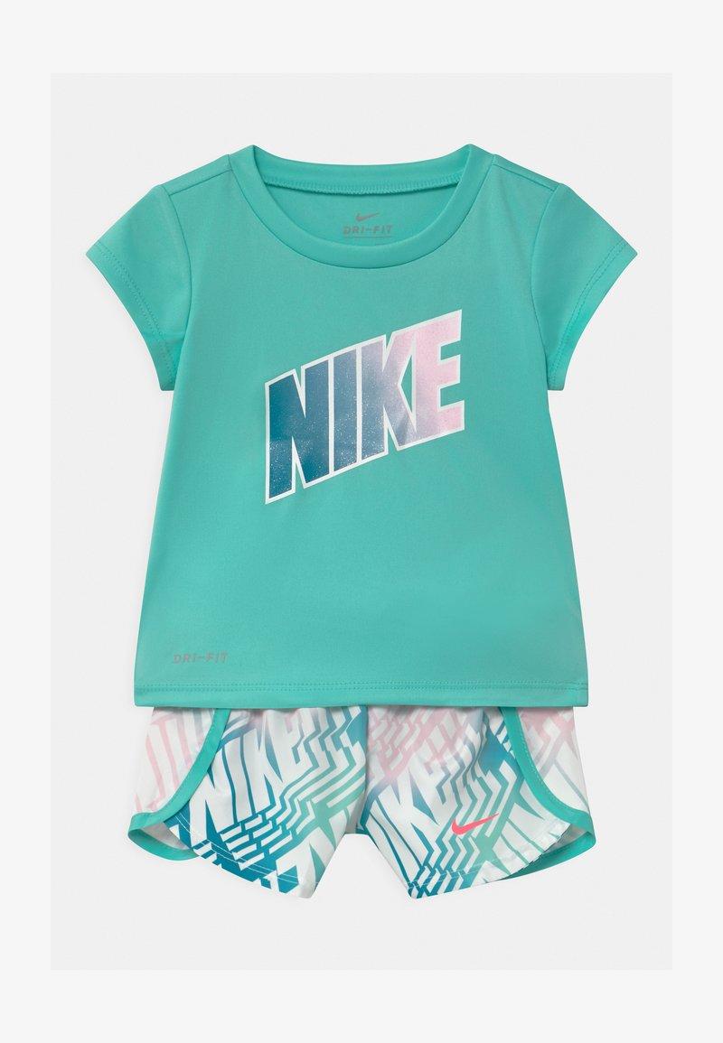 Nike Sportswear - LASER BLOCKSPRINTER SET - Triko spotiskem - tropical twist