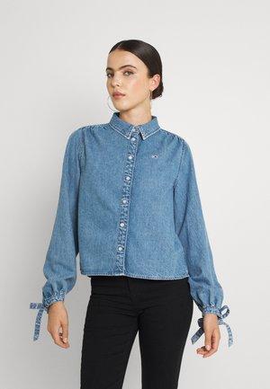 BLOUSE - Skjorte - denim medium