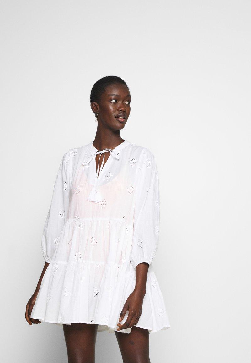 Seafolly - BORA BORA FLORA EMBROIDERY TIERED DRESS - Complementos de playa - white