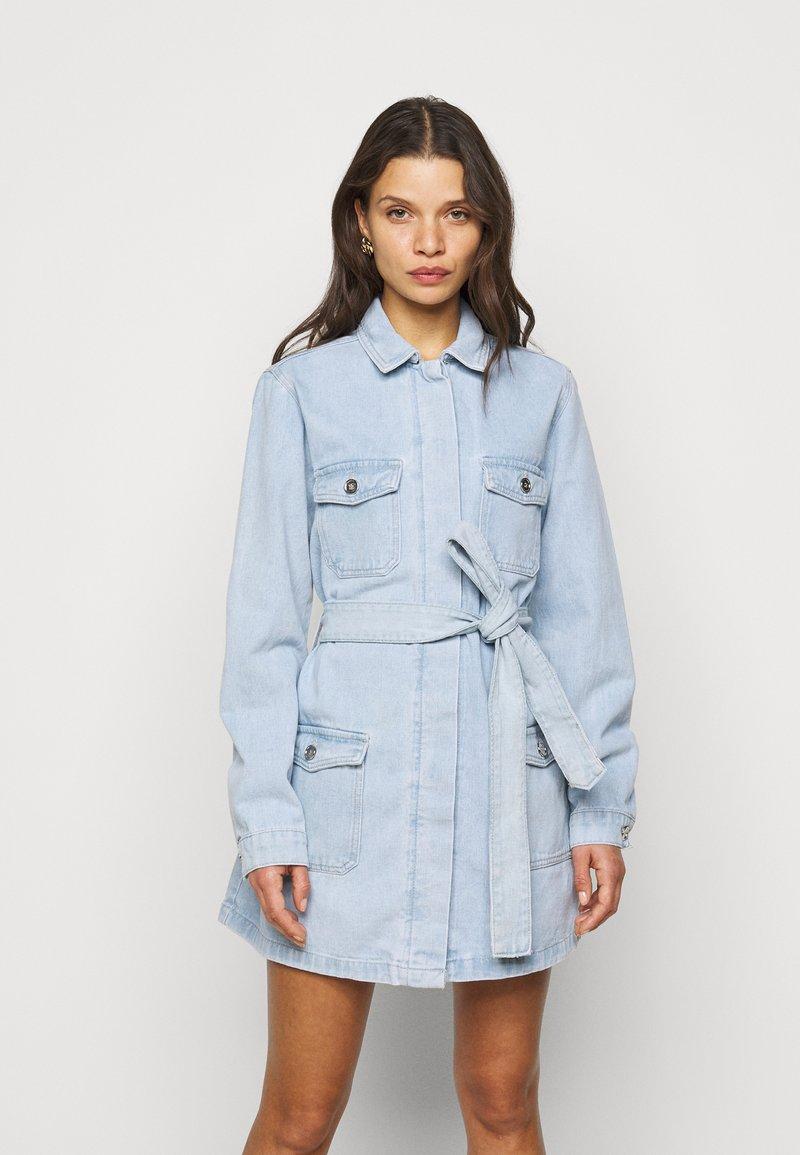Missguided Petite - UTILITY POCKET BELTED DRESS - Denim dress - light blue