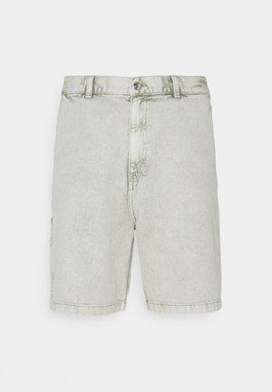 HORACE WASHED CARPENTER - Jeansshorts - green